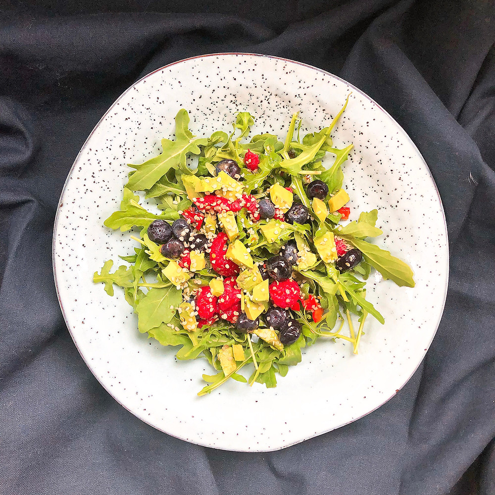 The perfect breakfast salad: arugula berry salad with chili lime dressing | www.martinazand.com