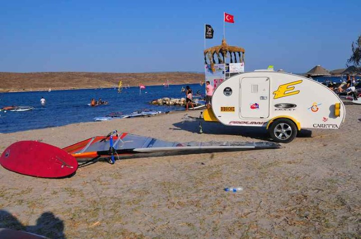 Mini caravana acampada en la playa