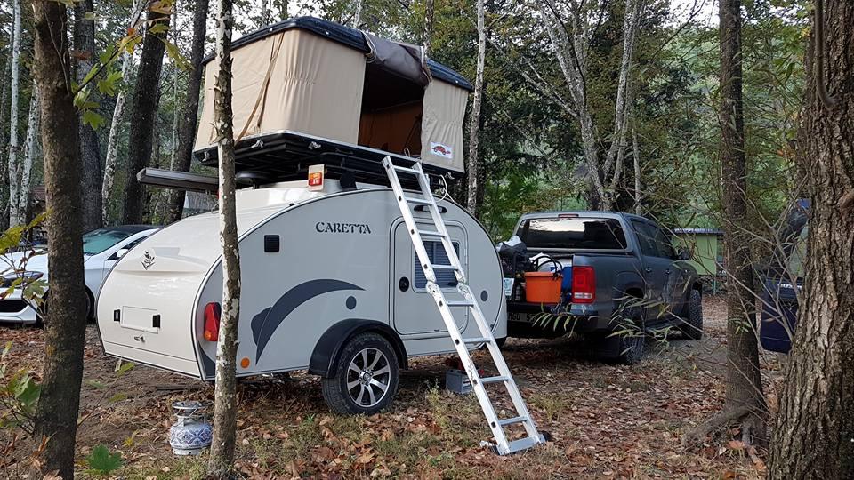 Tienda encima de mini caravana