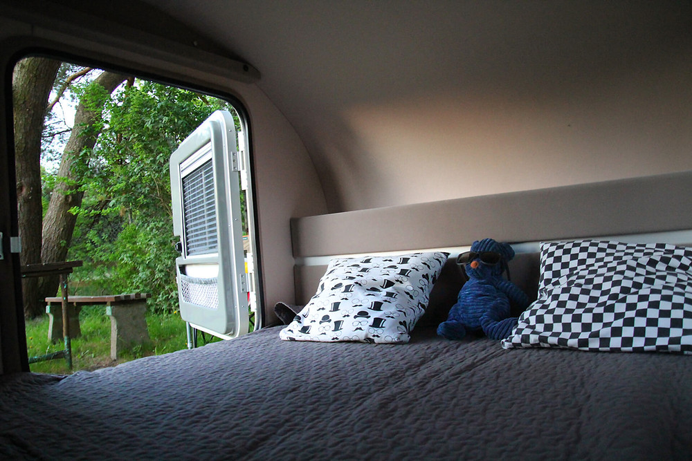 Interior Mini Caravana Cama