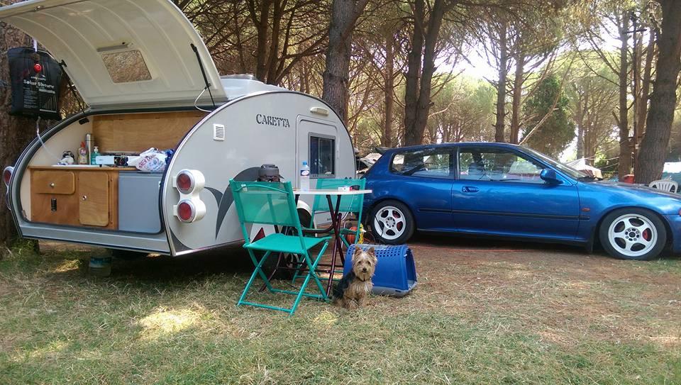 Disfrutando de una mini caravana en el campo