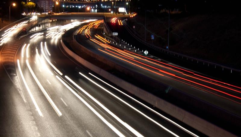 Viajar de noche con una mini caravana. Consejos de seguridad