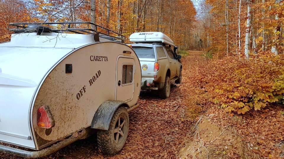 Mini caravana Caretta en otoño