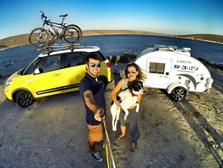 El placer de viajar en pareja con una mini caravana