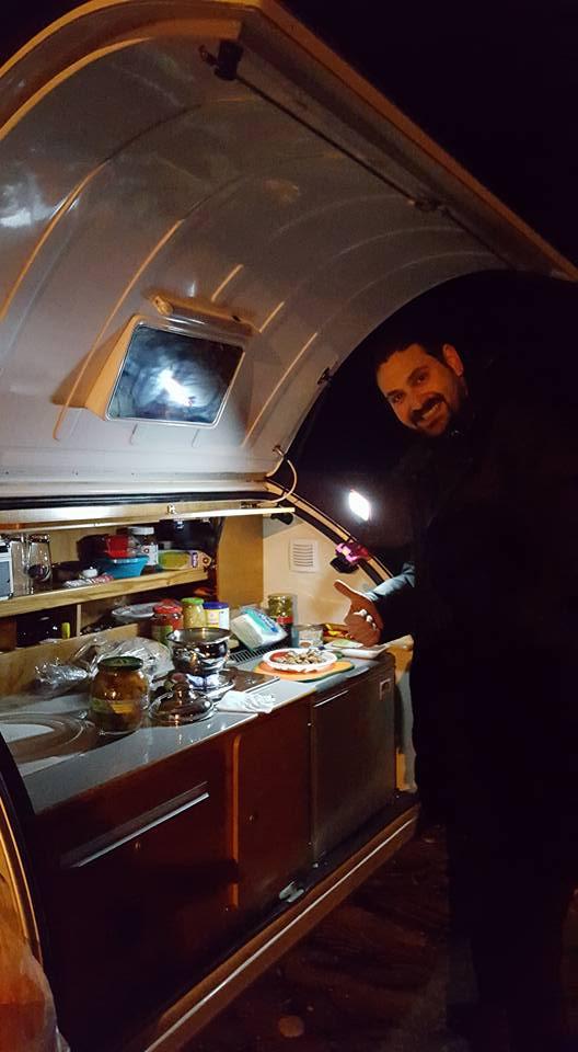 Cocinando de noche en mini caravana España