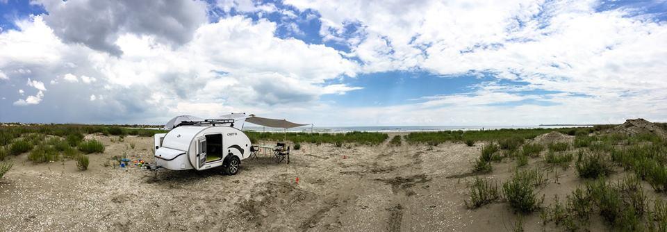 Minicaravana en la playa naturaleza airre libre