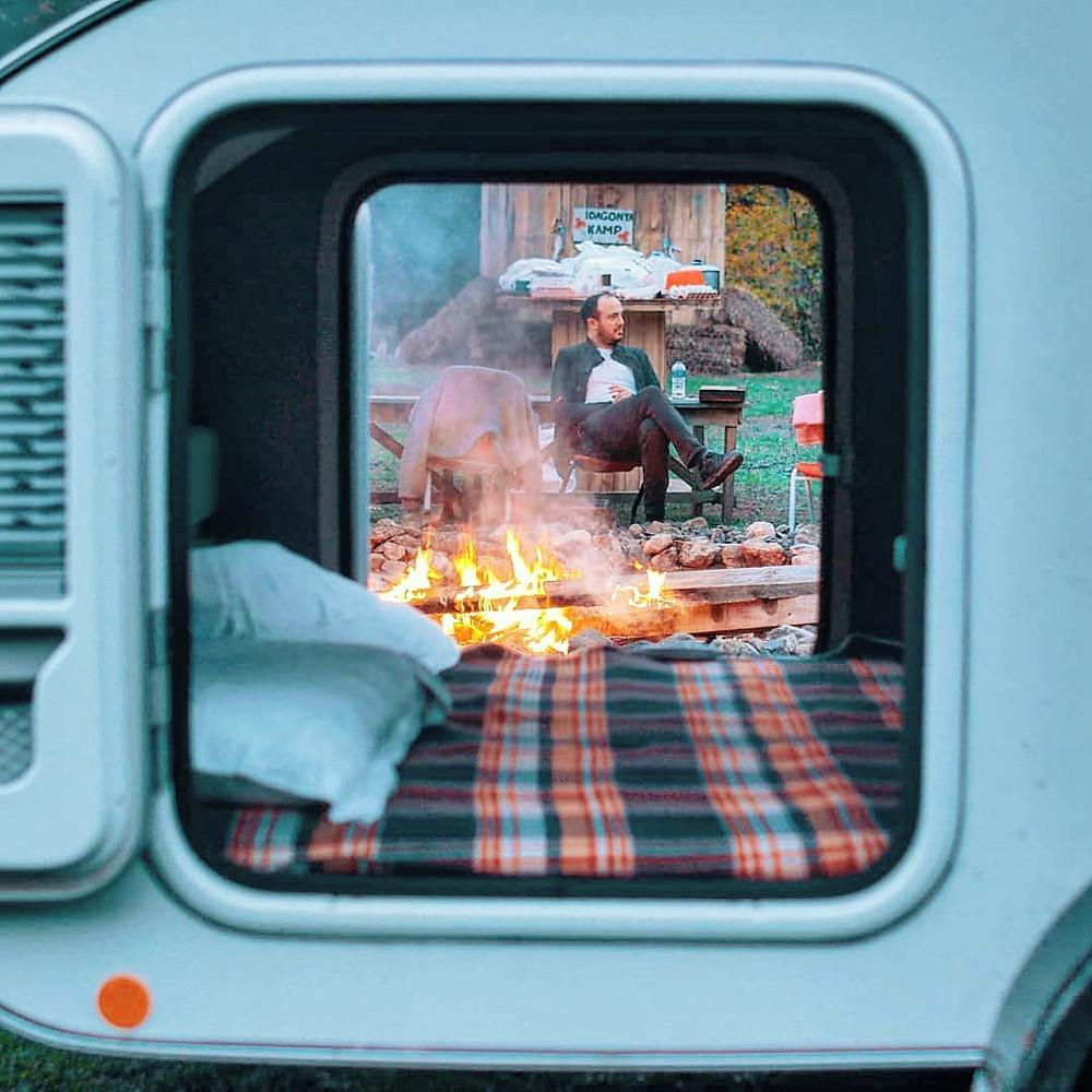 Escapada  a la naturaleza de camping en minicaravana Caretta