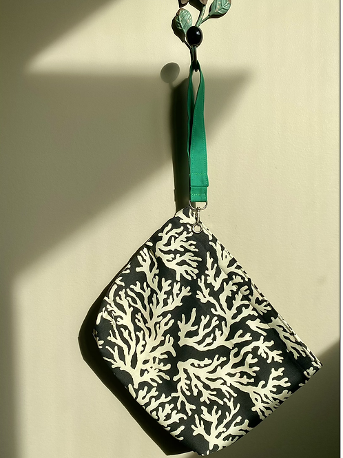 Zippered wristlet pouch