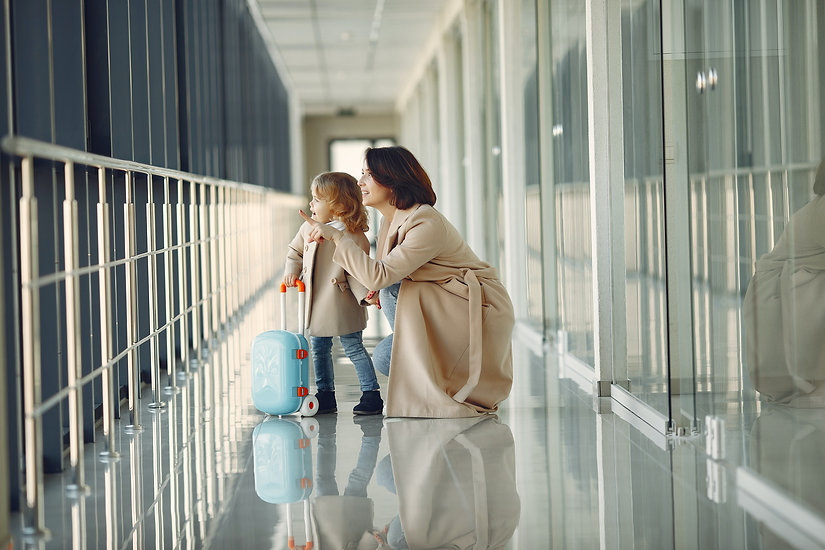 amazed-daughter-and-mother-in-airport-ha