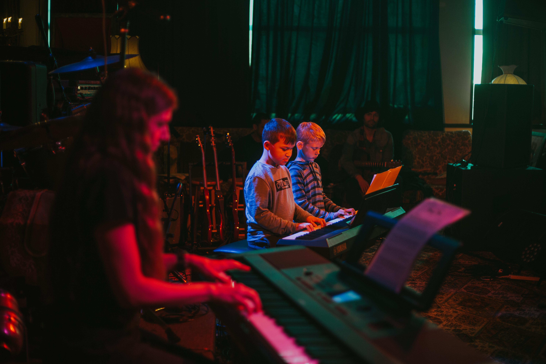 Ginni & 2 pianists