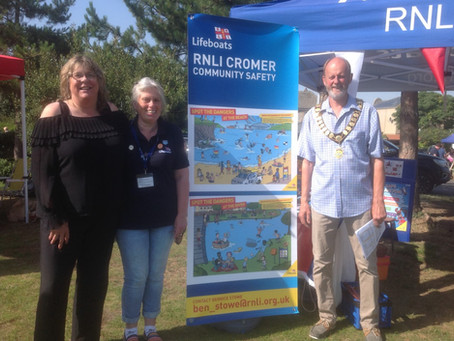 Cromer Town Council gives award for RNLI Community Safety