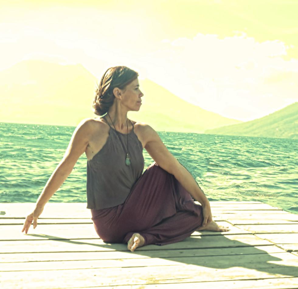 Posture de yoga ardha matsyendrasana.jpg