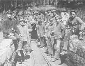 Bergleute vor dem Gustav-Stollen (etwa 1924)