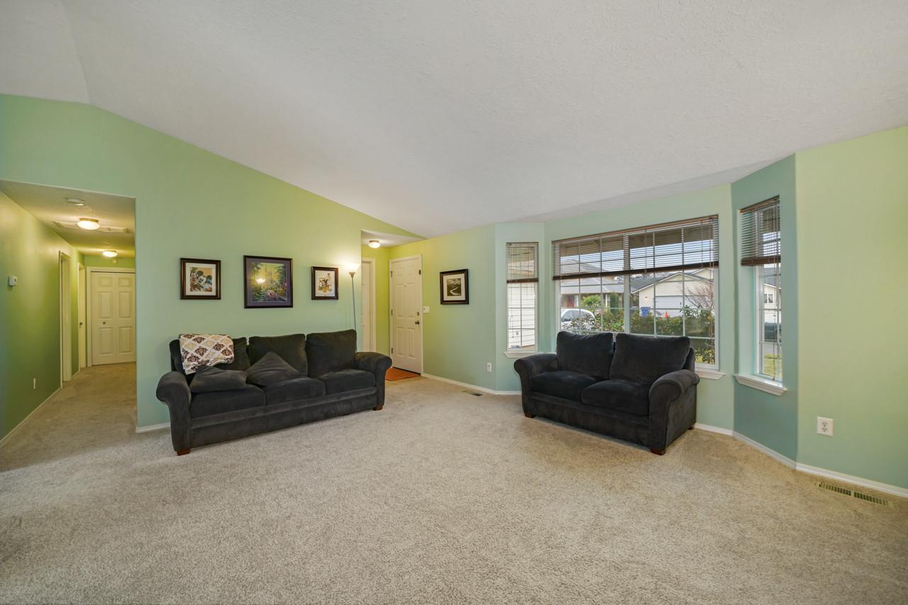 4256 Geranium Ave NE MLS-4.jpg