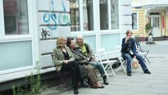 Stühle rücken auf dem Ottenser Marktplatz
