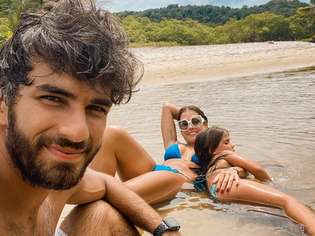 Deborah Secco relaxa em praia de Itacaré durante viagem com marido e filha