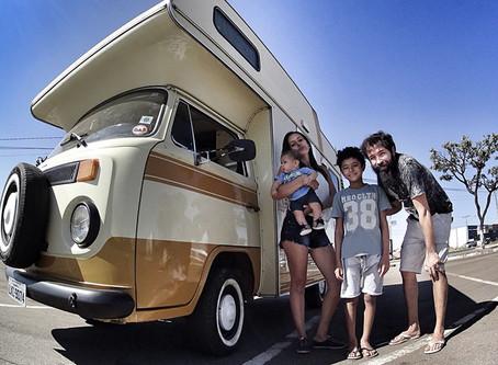 Família que já morou em Itacaré, vai percorrer 60 países em uma Kombi