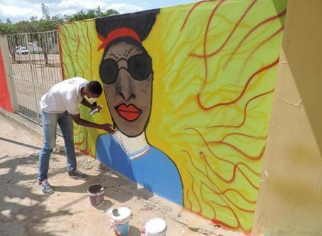 Estudantes de Jacobina usam o grafite para embelezar o patrimônio escolar