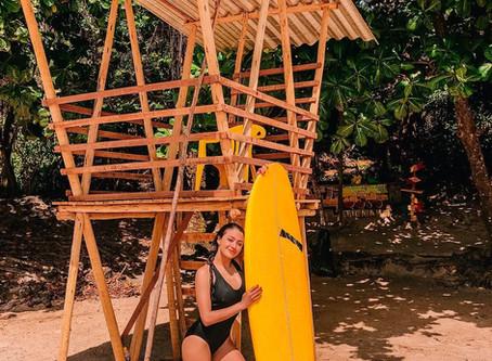 Atriz da série Juacas aprendendo a surfar em Itacaré