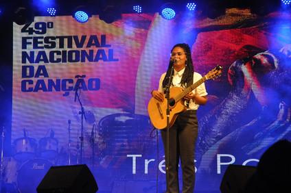 Laís Marques, artista ilheense, está na semifinal de um dos maiores festivais de música do país