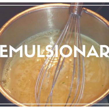 """Técnica que tem como objetivo criar uma mistura uniforme de dois liquidos que não se misturam naturalmente, como por exemplo óleo e limão. O movimento de """"bater"""" em círculos usando um fouet ou batedor de arame, tem como objetivo quebrar as moléculas de gordura a fim de gerar uma mistura homogênea com o outro líquido. Exemplo de emulsão: molho vinagrete para salada (azeite de oliva, limão e sal)"""