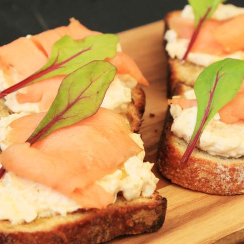Bruschetta salmão defumado
