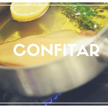 Cozinhar alimentos em algum tipo de gordura. Este processo deve ser feito em temperatura muito baixa, evitando a fervura da gordura. Normalmente é usado tanto para dar sabor como para facilitar a conserva.