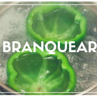 Cozer um item rapidamente em água fervente ou gordura quente, para preservar a cor, reduzir sabores fortes e acelerar posteriores processos.