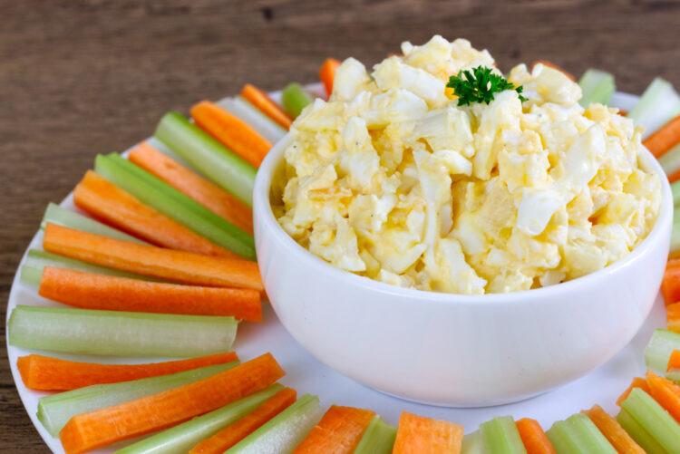 Vajíčková pomazánka s čerstvou zeleninou. Zdroj:
