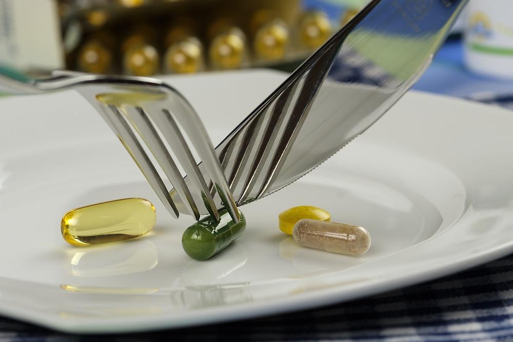 """Základem ketogenní stravy by měly být především skutečné nezpracované potraviny,  nikoli ultrazpracované chemické produkty prodávané pod značkou """"keto dieta""""."""