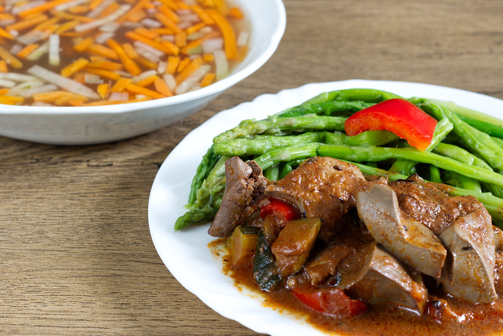 Přestože je možné keto dietu držet i dlouhodobě, zdravým lidem se to obecně nedoporučuje. Raději volte nízkosacharidové (low carb) stravování.