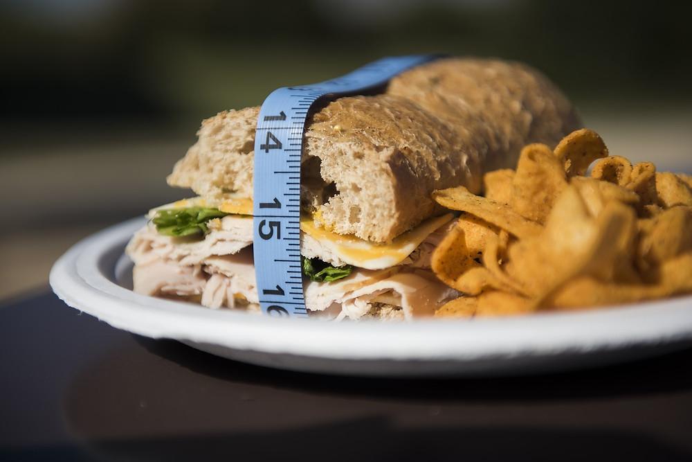 Průmyslové potraviny obsahují látky, které povzbuzují další chuť k jídlu, a způsobují tak obezitu i další zdravotní komplikace.