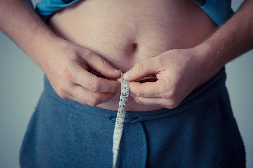 Zvýšená hladina inzulínu způsobuje, že tělo začne ukládat sacharidy jako tuky.