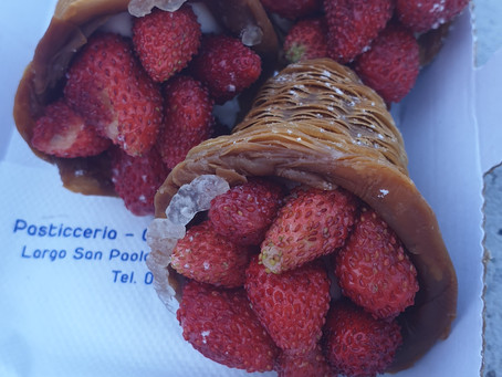 "Sweet Moments! A delicious wild-strawberry and cream ""basket"" from Pozzuoli"