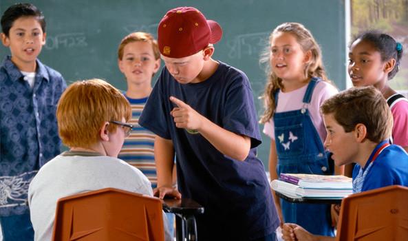 Menino sofre bullying dentro da sala de aula