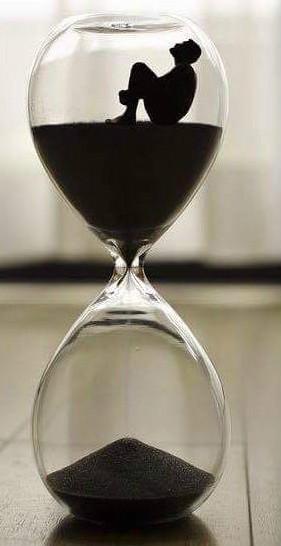 Uma ampulheta que mostra o tempo passar, com uma pessoa presa dentro dela. A foto mostra como algumas pessoas são reféns do tempo devido a ansiedade