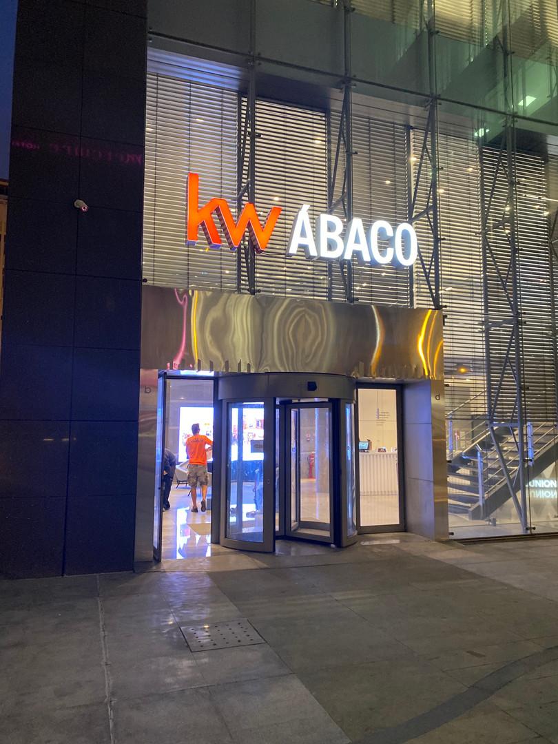 KW | Letras monobloco com iluminação LED