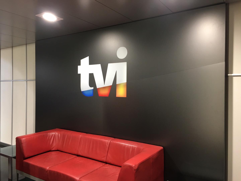 TVI | Caixa de luz com logótipo vazado e iluminação LED