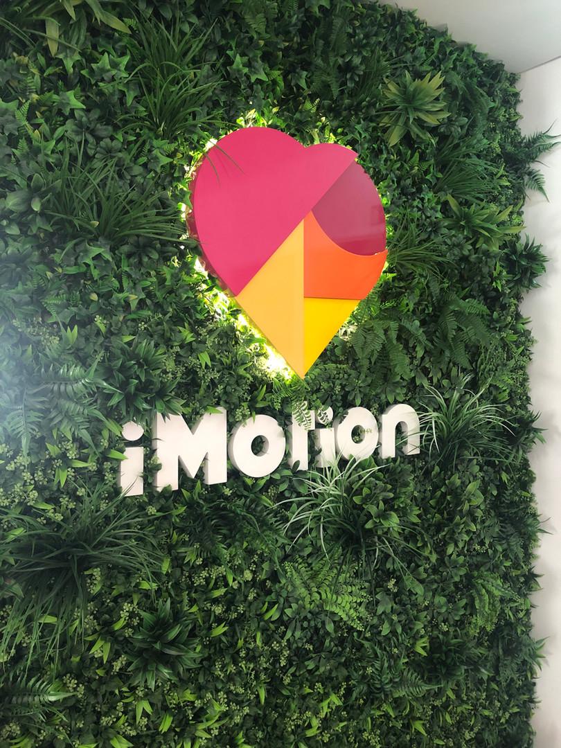 Imotion | Logo em MDF lacado + jardim vertical