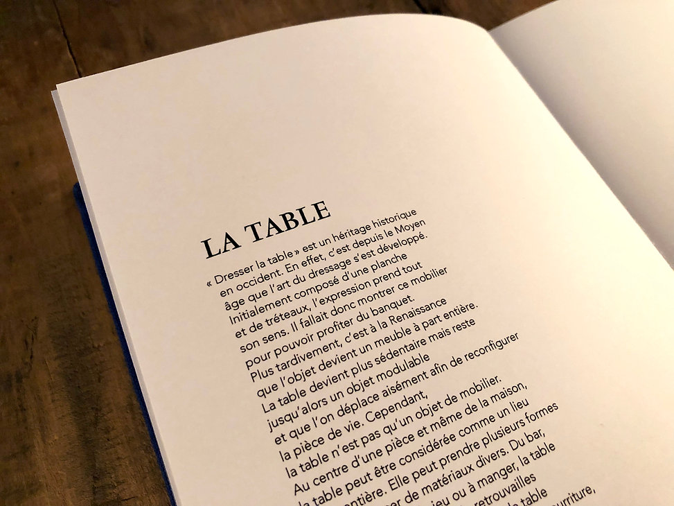 Zoom table Livre ouvert cyanure photo no
