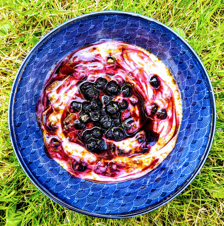 Un encas sain et rapide : yaourt coco nature, myrtilles, sucre de fleur de coco 🥥❤️