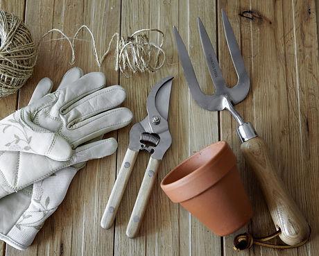 gardening%20tools%20_edited.jpg
