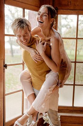 Jeune couple rigole