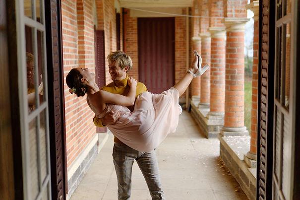 Jeune mariés heureux