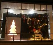Unser Adventsfenster, ein beleuchteter Tannenbaum, verschiedene Pinjatas