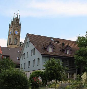 Unser Haupthaus, im Hintergrund der Kirchturm der Kirche in Andelfingen