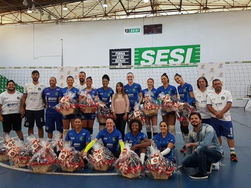 Equipe do Brasília Vôlei recebe presentes.