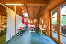 Blick in einen der Behandlungsräume.