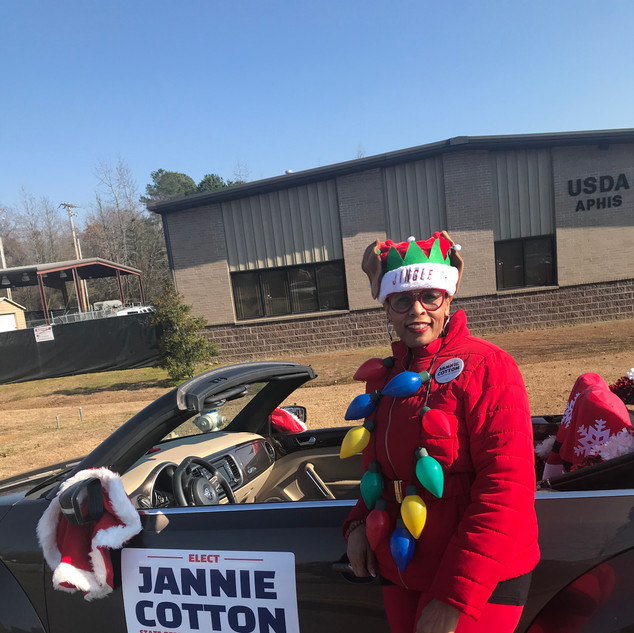 Candidate Jannie Cotton Sherwood Christmas Parade.jpe