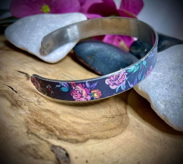 bracelet bleu marine fleuri (1).jpg